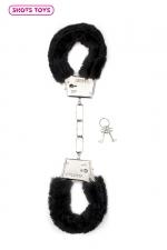 Menottes fourrure Shots - noir : Paire de menottes fantaisie qui ferment comme des vraies pour jouer à s'attacher. En métal et fausse fourrure noire.